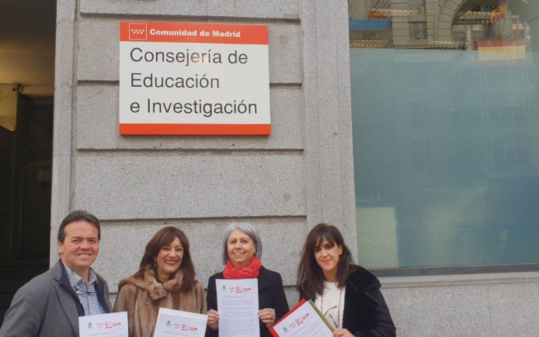 Miembros de Feuso registran el escrito en la Consejería de Educación