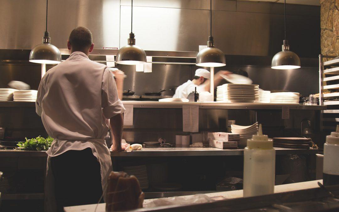 Trabajadores en la cocina de un restaurante.