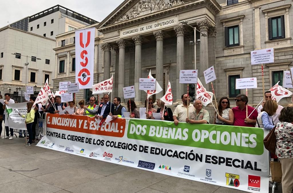 Concentracion de FEUSO frente al Congreso para defender la educación especial