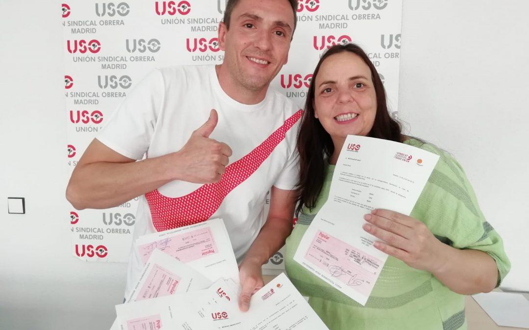 La secretaria de Formación y Salud Laboral, Raquel Bordoy entrega los cheques a Carlos Garrido, representante de USO Limpieza Hospital 12 de Octubre