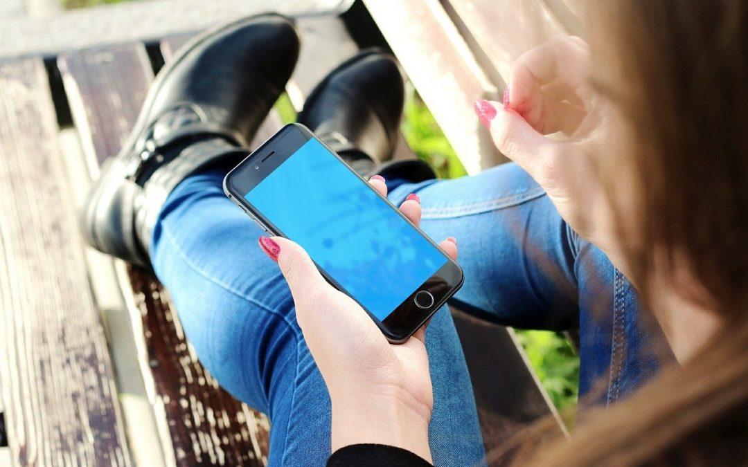 Mujer mira el teléfono móvil
