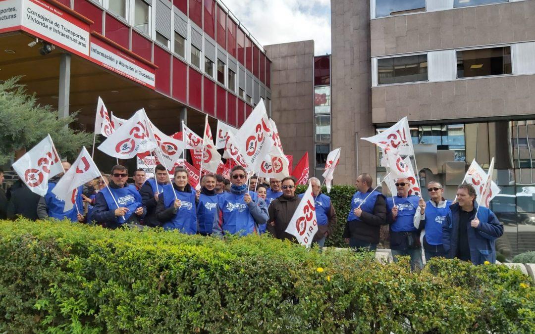 Unas 200 personas se concentran para defender a los 500 trabajadores de Ombuds en Metro y EMT