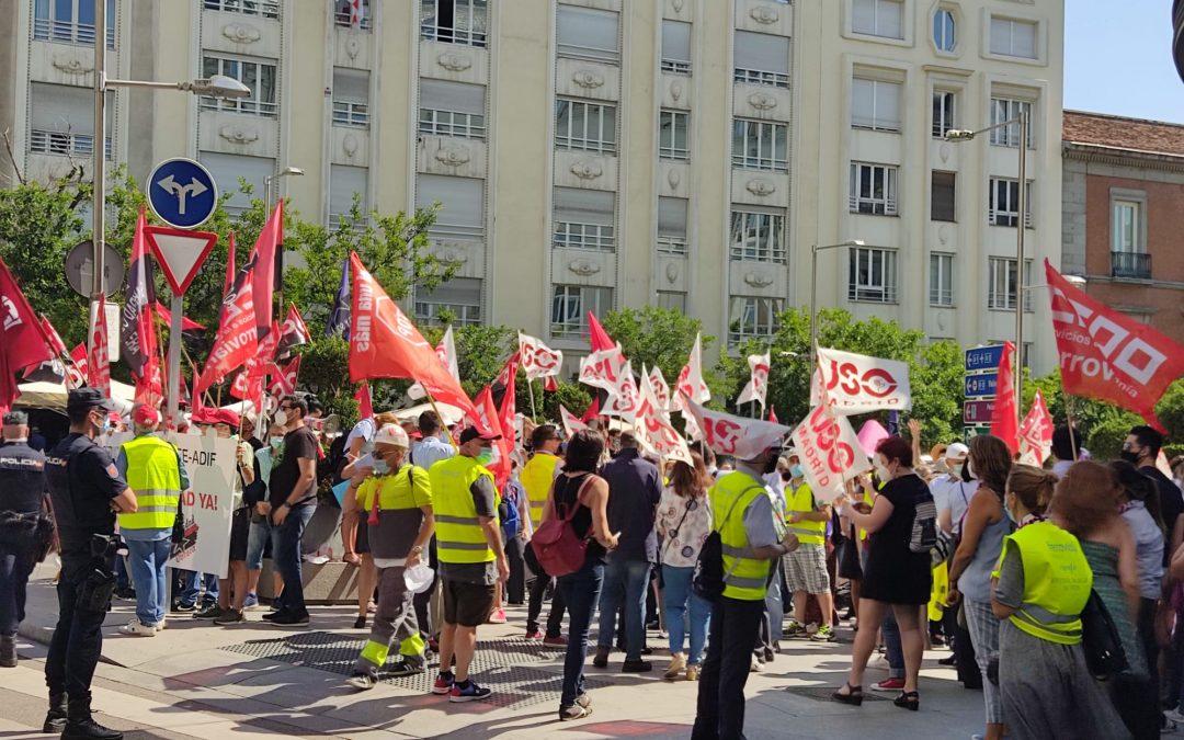 Los trabajadores de Ferrovial llevan la defensa del servicio a bordo de Renfe al Congreso de los Diputados