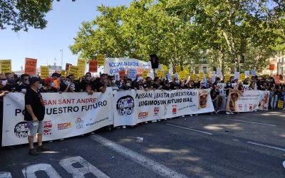 Multitudinaria manifestación de los trabajadores de Nissan frente al Congreso para exigir soluciones contra el cierre de las plantas y los despidos